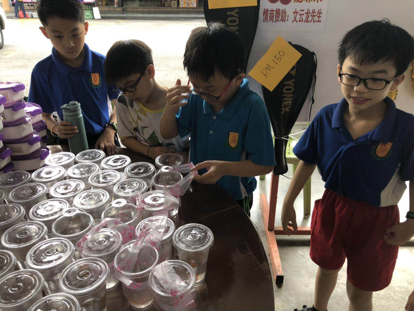 SianLon Aquatic  presents children with small Betta to participate in the charity sale